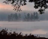 Früher Morgen-Sonnenaufgang und Nebel auf Highland See, Bridgton, Maine July 2012 durch Eric L Johnson Photography Stockfotos