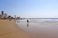 Früher Morgen-Strand-Landschaft und Stadt-Skyline Lizenzfreies Stockbild