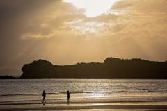 Früher Morgen Sun-Strahlen auf dem Strand Lizenzfreies Stockfoto
