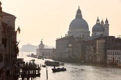 Früher Morgen in Venedig, Kanal, Boote, Laternenpfähle Stockfotografie