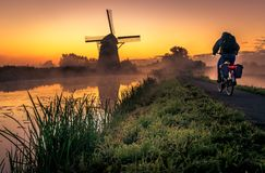 Früher Morgen vor Sonnenaufgang im Polder lizenzfreie stockbilder