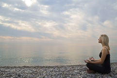 Früher Morgen-Yoga Stockfotografie