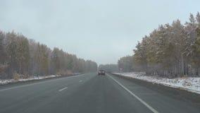 Früher Schnee im Oktober in Sibirien, Pendlerlandstraße stock footage