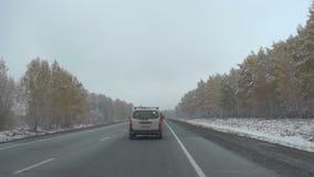 Früher Schnee im Oktober in Sibirien, Pendlerlandstraße stock video footage
