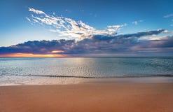 Früher Sonnenaufgang über Meer lizenzfreies stockfoto