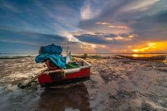 Früher Sonnenaufgang mit Booten Lizenzfreie Stockfotografie