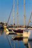 Früher sonniger Morgen am Hafen Stockfotografie