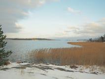 Früher Winter auf dem See ` s Ufer stockfoto