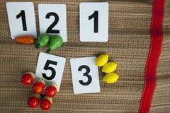 Frühes Mathe mit hölzernem Spielzeug der grundlegenden kindischen Zahlen Stockfoto