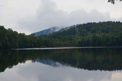 Frühherbstlaub auf einem nebelhaften See in den Adirondack-Bergen von im Hinterland New York Lizenzfreie Stockfotos