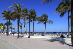 Frühjahrsferien-Menge auf Cortez Beach Stockfotos
