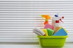 Frühjahrsputzkonzept mit Versorgungen gegen Fensterhintergrund Stockfotografie
