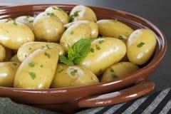 Frühkartoffeln gedämpft Stockfotos