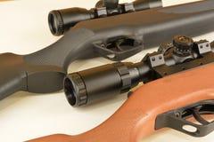 Frühling angetriebene moderne Luftgewehre mit Bereichen Stockfotografie