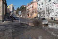 Frühling auf den Straßen von Trekhgorny-Stadt Stockbild