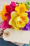 Frühling blüht Blumenstrauß mit leerem Tag lizenzfreie stockfotos