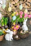 Frühling blüht mit Osterhasen und eggs Dekoration Stockbild