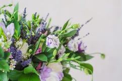 Frühling boquet von Blumen für das Geschenk lokalisiert Lizenzfreies Stockbild