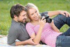 Frühling an den Bildern. Liebevolles junges Paar betrachtet den pH Stockbild