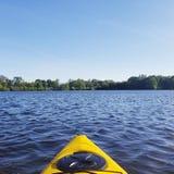 Frühling, der auf einem ruhigen See Kayak fährt lizenzfreie stockfotografie