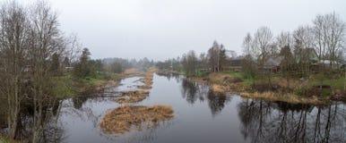 Frühling, nebeliger Morgen auf Fluss stockfoto