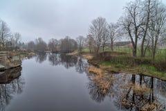Frühling, nebeliger Morgen auf Fluss stockfotos