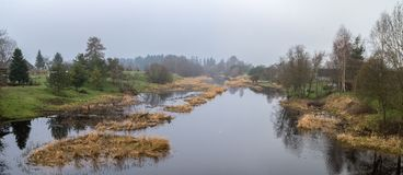 Frühling, nebeliger Morgen auf Fluss lizenzfreie stockfotografie