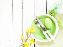 Frühling oder Ostern-Gedeck mit Blumen Stockfotografie