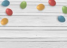 Frühling, Ostern-Spott herauf Szene mit bunten Eiern und weißer hölzerner Hintergrund, leerer Raum für Ihren Text, Draufsicht Lizenzfreie Stockfotografie