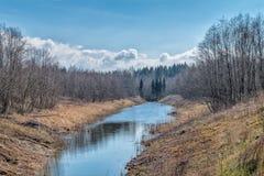 Frühling, sonniger Tag auf Fluss lizenzfreie stockbilder