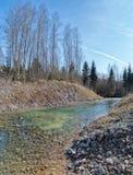 Frühling, sonniger Tag auf Fluss lizenzfreie stockfotografie