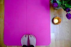 Frühling spornte Yogatraining mit Blumen und Kerze an lizenzfreie stockfotos