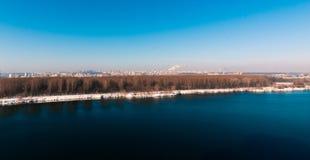 Frühling und See nahe der Stadt Stockfotos
