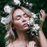 Frühling vorbildliches Girl mit weißen Apple-Blüten Lizenzfreies Stockfoto