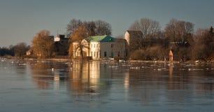 Frühlingsüberschwemmung in Lielupe-Fluss Stockbilder