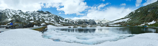Frühlings-Alpengebirgsseepanorama (die Schweiz) Lizenzfreie Stockfotografie