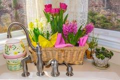 Frühlings-Blumen-Korb Stockfotos