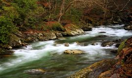 Frühlings-Fluss-Fluss in die Berge stockbild