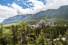 Frühlings-Hotel Fairmont Banff und der Schwefel-Berg in Banff Stockbilder