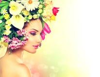 Frühlings-Mädchen mit Blumen Stockfoto