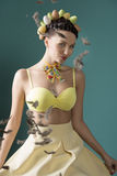 Frühlings-Mädchen mit Mode-Frisur Stockfoto