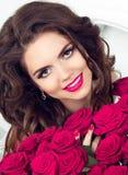 Frühlings-Modell mit Blume Glückliches Lächeln jugendlich mit rosa Rosenblumenstrauß Stockfotografie