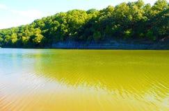 Frühlings-Nebenfluss-Erholungsgebiet stockfotografie