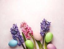 Frühlings-Ostern-Hintergrund mit Blumen und Dekorationseiern lizenzfreie stockbilder