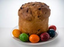 Frühlings-Ostern-Kuchen und Ostereier Stockfotografie