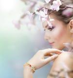 Frühlings-Schönheit mit Blumen Stockfoto