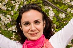 Frühlings-Schönheit mit den Händen oben in einem geblühten Garten Stockbilder