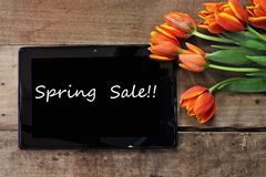 Frühlings-Verkaufs-Tablet und Tulpen Stockfotografie