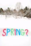 Frühlings-Wort buchstabiert im Schnee Stockbild