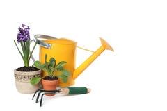 Frühlings-Zeit, die mit Bewässerungs-Dose, Trowel im Garten arbeitet Lizenzfreies Stockbild